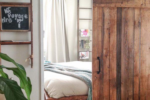Bleu Bois porte coulissante sur rail bois brut